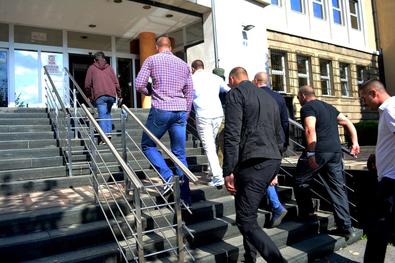"""Veliko interesovanje za suđenje. """"Publika"""" ulazi u zgradu Specijalnog suda. Bilo je 42 ljudi u publici, uglavnom prijatelja i rodbine optuženih i Ulemeka. Pored njih su bili predstavnik Slavko Ćuruvija fondacije, Veran Matić i Ljiljana Smajlović (pre nego što je morala da napusti praćenje suđenja)"""